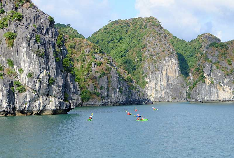 kayaking-in-lan-ha-bay